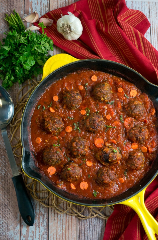 Paleo Meatballs with Marinara Sauce - Juicy meatballs in a tomato & basil sauce. Only 30 minutes! Perfect weekday comfort food. #paleo #glutenfree #dinner #meatballs
