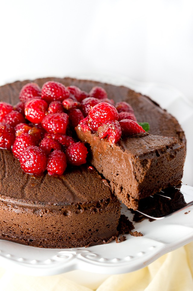 Paleo Flourless Chocolate Cake - This decadent flourless chocolate cake is rich and creamy. Easy recipe, made with only 5 ingredients. Paleo, gf and tastes amazing!